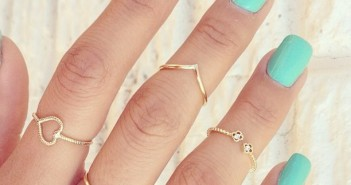 gold-midi-rings-with-blue-nails